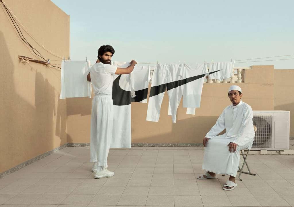 Hombre tendiendo ropa con simbolo de Nike.